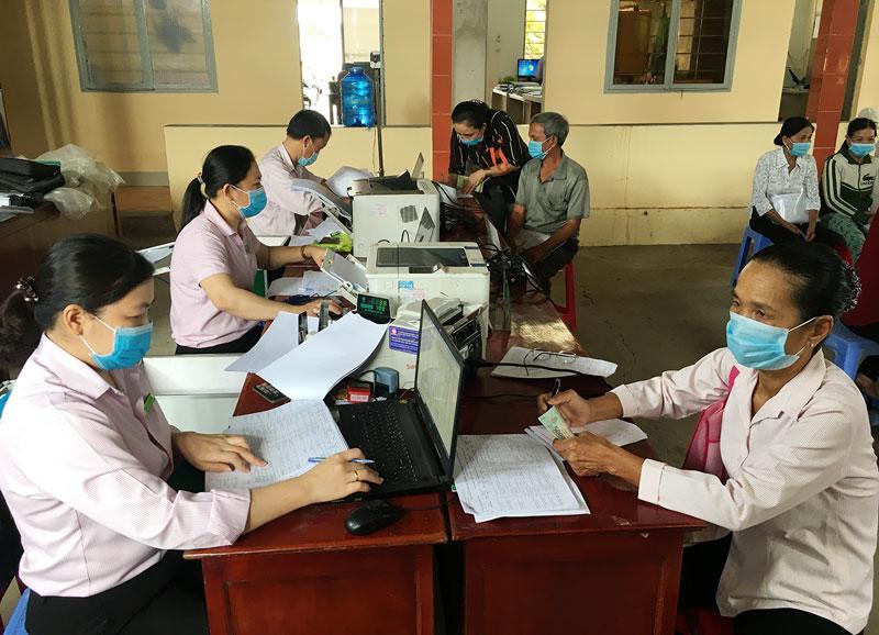 Điểm giao dịch Ngân hàng CSXH xã An Phú Trung giải ngân vốn nước sạch, vệ sinh môi trường cho người dân. Ảnh: Trà Dũng