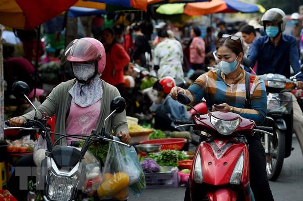 Người dân đeo khẩu trang phòng lây nhiễm COVID-19 tại Phnom Penh, Campuchia. Ảnh: AFP/ TTXVN