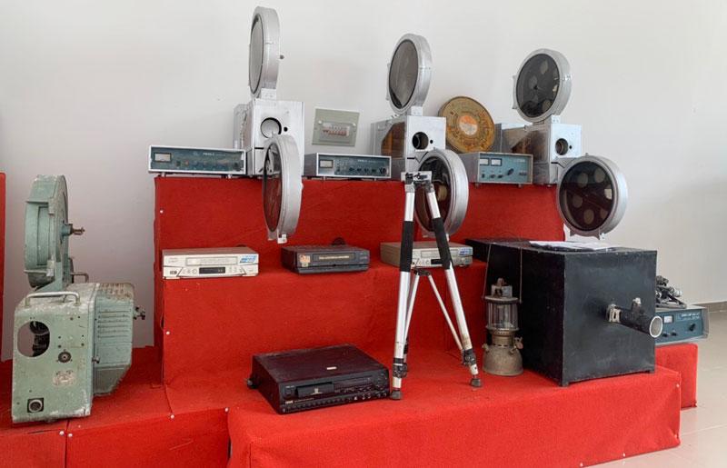 Trưng bày các loại thiết bị chiếu phim qua các thời kỳ.