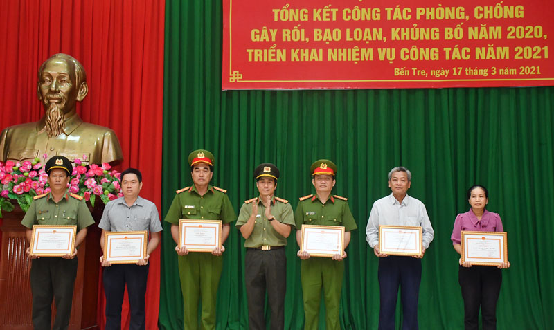 Giám đốc Công an tỉnh Võ Hùng Minh trao bằng khen cho các cá nhân tiêu biểu.