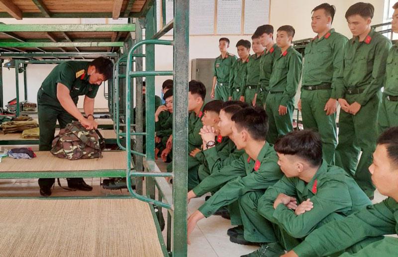 Huấn luyện chiến sĩ mới ngày đầu về đơn vị ở D516/eBBKTT895. Ảnh: Hoàng Nam