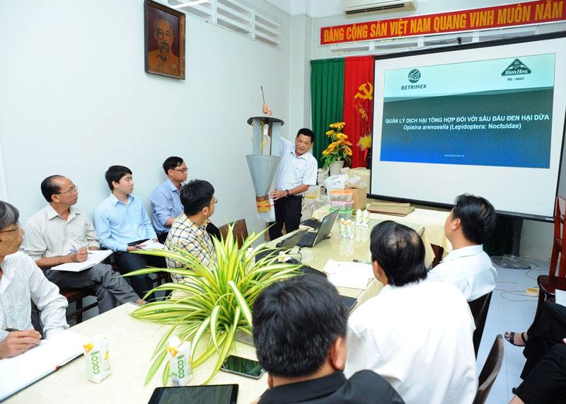 Tiến sĩ Trần Tấn Việt - Giám đốc Viện SRDC trình bày về bẫy đèn.