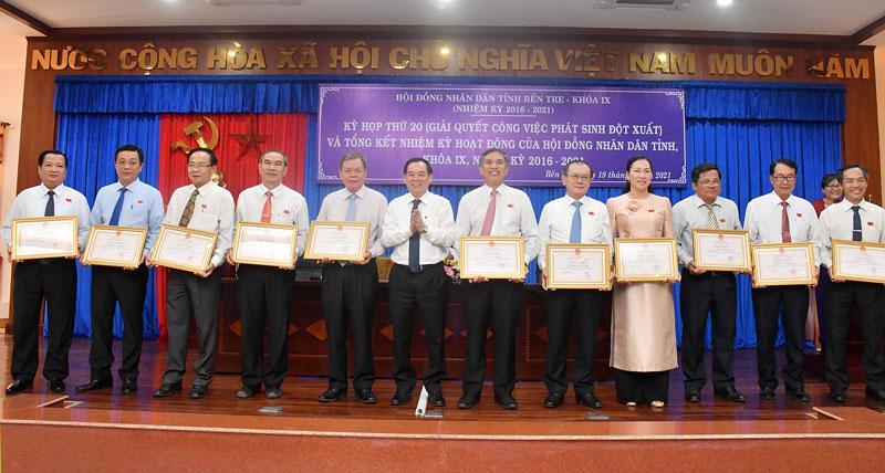 Trao Bằng khen có các cá nhân có nhiều đóng góp cho nhiệm kỳ 5 năm hoạt động HĐND tỉnh.