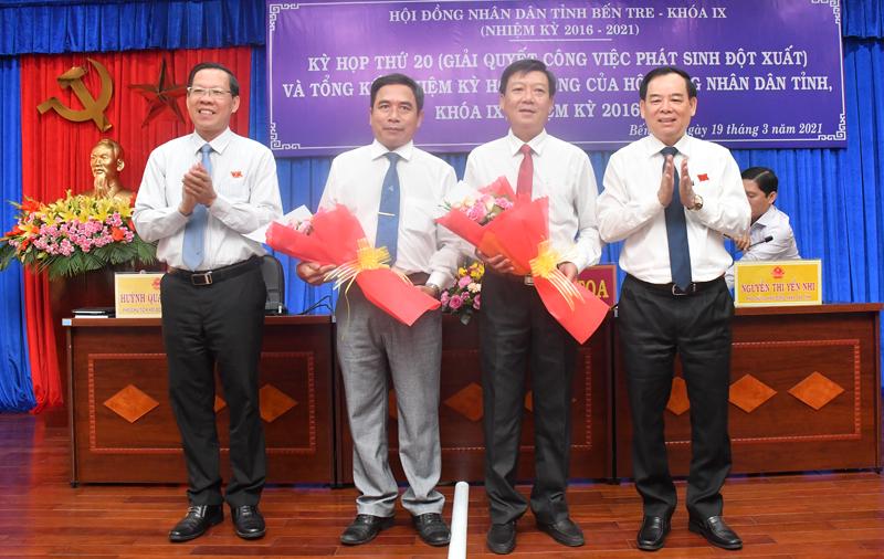 Bí thư Tỉnh ủy - Chủ tịch HĐND tỉnh Phan Văn Mãi, Chủ tịch UBND tỉnh Trần Ngọc Tam trao hoa chúc mừng các thành viên Ủy viên UBND tỉnh.