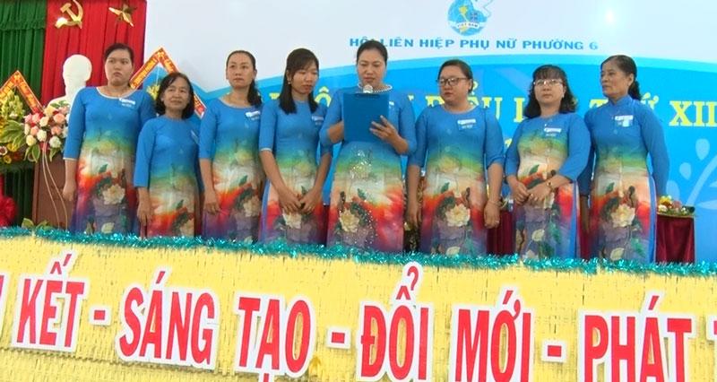 Ban Chấp hành Hội LHPN phường 6, nhiệm kỳ 2021 - 2026 ra mắt hạ quyết tâm. Ảnh: Hồng Quốc