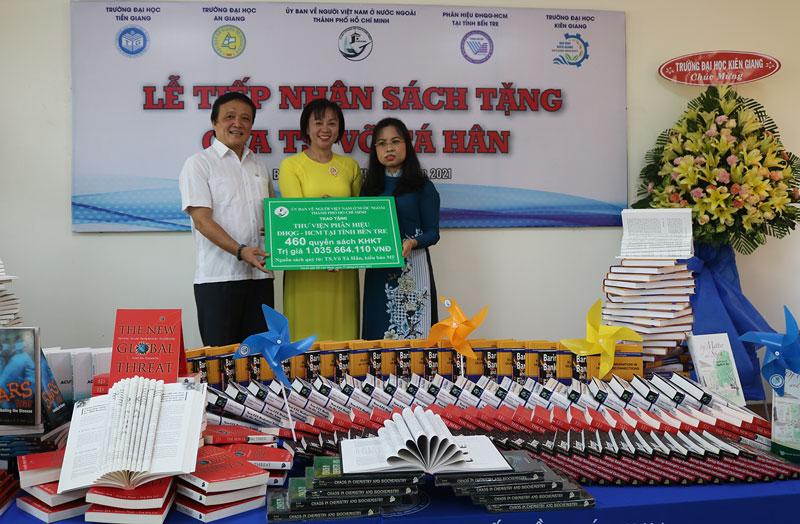 Giám đốc Phân hiệu Đại học quốc gia TP. Hồ Chí Minh tại Bến Tre tiếp nhận sách quyên tặng.