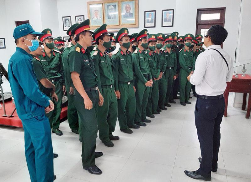 Cán bộ, đoàn viên lực lượng vũ trang tham quan Khu di tích Y4 dịp 90 năm Ngày thành lập Đoàn. Ảnh: Đặng Thạch