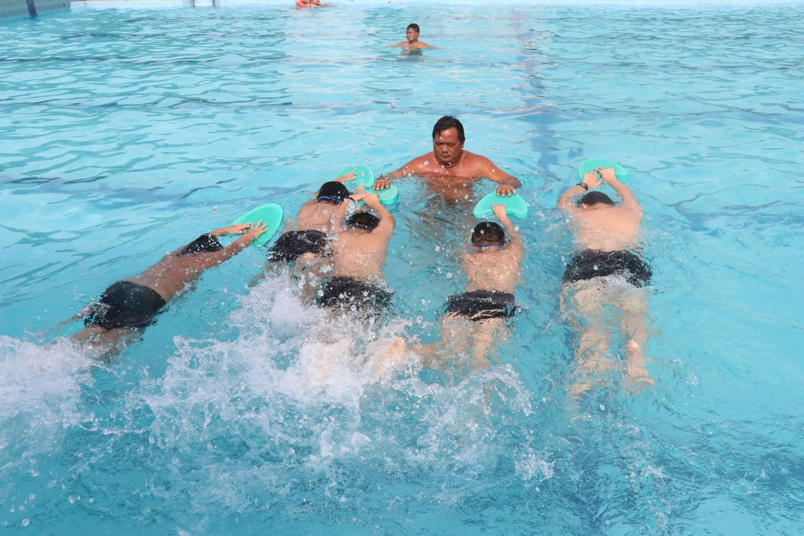 Dạy bơi cho học sinh trung học cơ sở giúp nâng cao sức khỏe và phòng chống đuối nước cho các em. Ảnh: Nguyễn Văn Trí/TTXVN