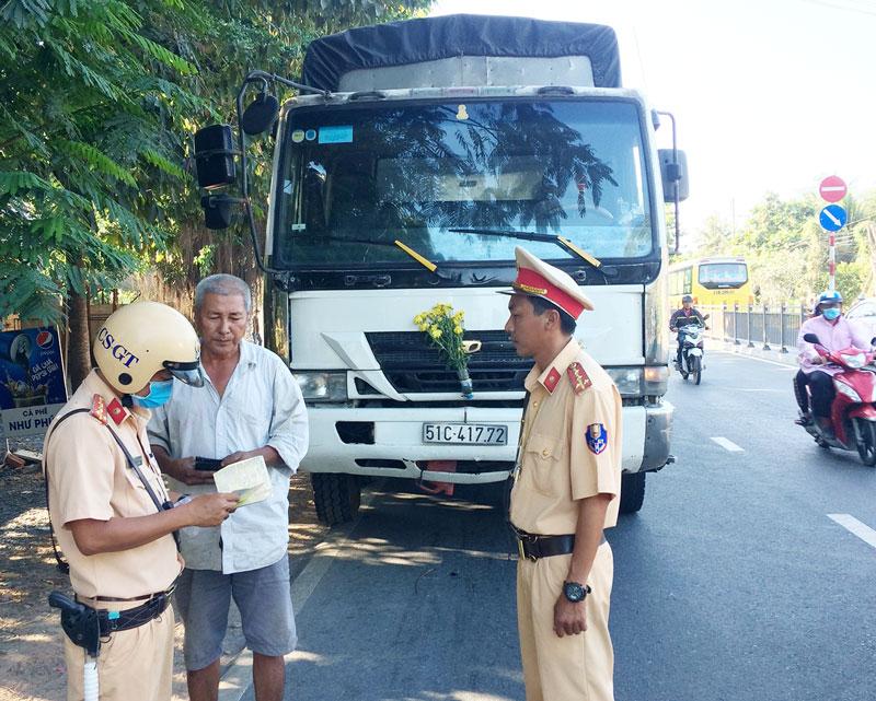 Tổ tuần tra kiểm soát của Phòng CSGT kiểm tra xe ô tô tải trên quốc lộ 60.