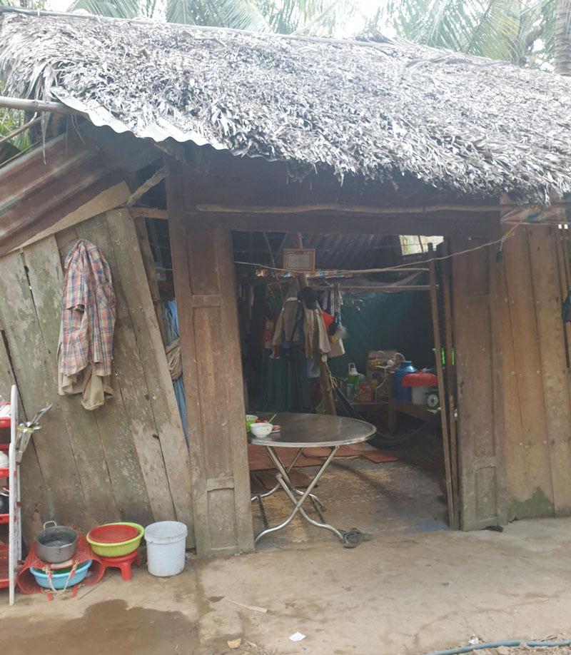 Đoàn khảo sát hiện trạng nhà hộ anh Phan Văn Sol (xã Phước Long).