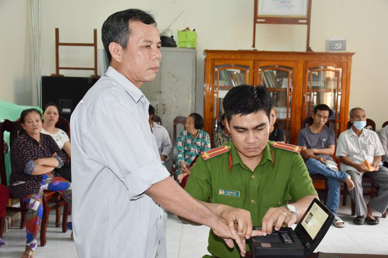Trung úy Cao Đức Thái thực hiện công tác cấp căn cước công dân cho người dân.