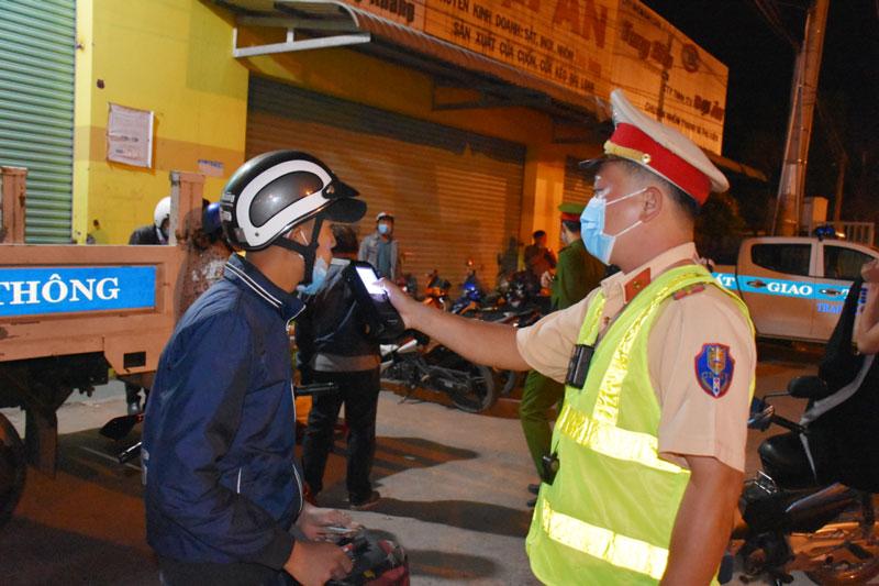 Lực lượng cảnh sát giao thông kiểm tra nồng độ cồn tuyến quốc lộ 60.