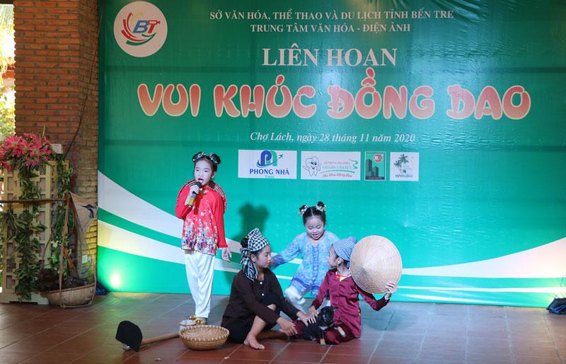 Đưa âm nhạc truyền thống đến với trẻ em xã Long Thới.