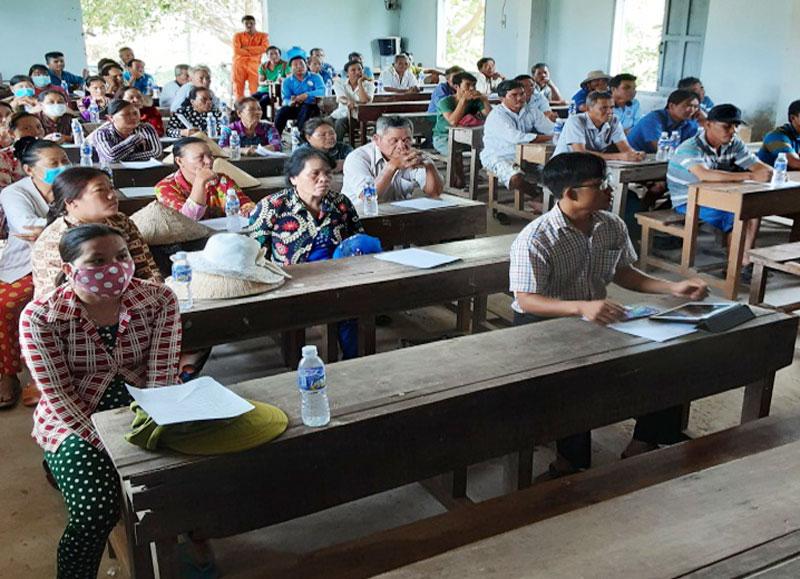 Các hộ dân sử dụng điện tham dự buổi hướng dẫn.