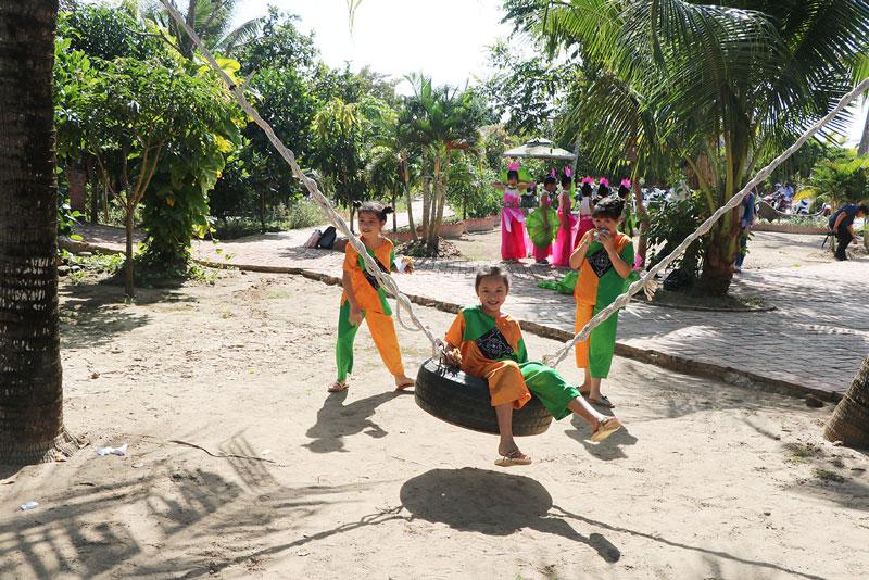 Thiếu nhi huyện Chợ Lách vui chơi, giải trí tại Khu du lịch Cái Gà.