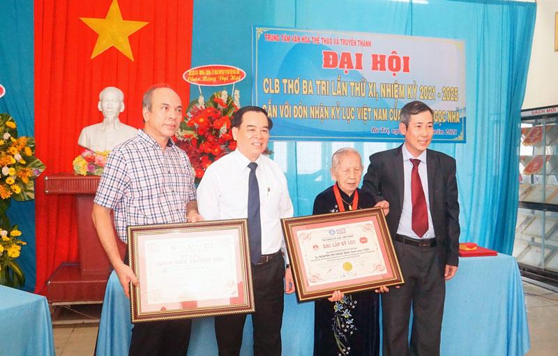 Đại diện Tổ chức Kỷ lục Việt Nam và lãnh đạo tỉnh trao bằng lập kỷ lục Việt Nam cho cụ Ngọc Nhã.