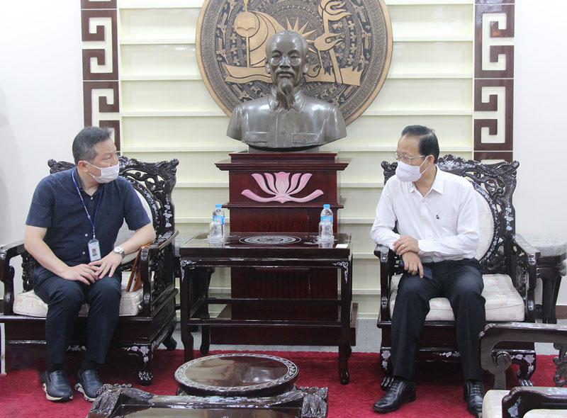 Phó chủ tịch Thường trực UBND tỉnh Nguyễn Trúc Sơn (bên phải) thông tin về định hướng phát triển, nâng cao chất lượng nguồn nhân lực tỉnh nhà.