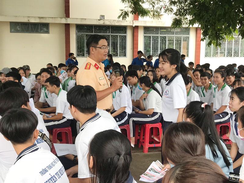 CSGT tuyên truyền pháp luật về giao thông cho học sinh trường Nguyễn Thị Minh Khai.
