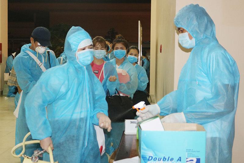 Công dân từ nước ngoài về cách ly y tế tại Trung đoàn 895, xã Châu Bình (Giồng Trôm).