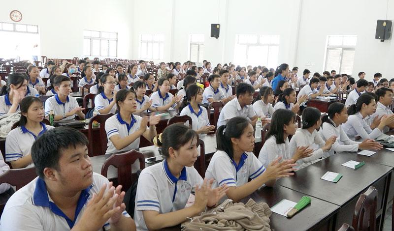 Các em học sinh tham gia chương trình.