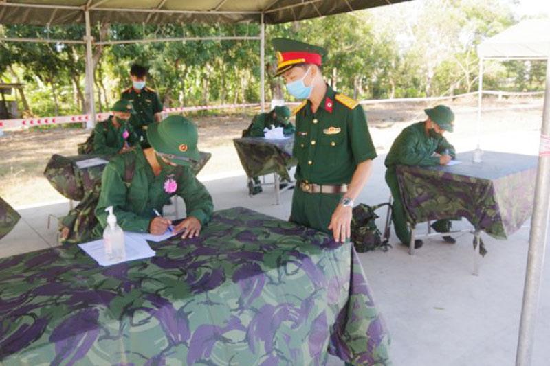Hướng dẫn tân binh khai báo y tế trước khi vào đơn vị. Ảnh: Đặng Thạch