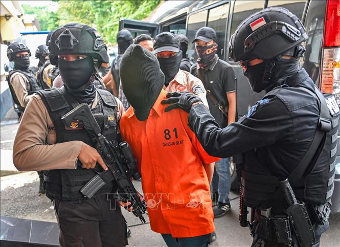 Cảnh sát Indonesia bắt giữ các nghi can khủng bố có liên hệ với tổ chức Nhà nước Hồi giáo (IS) tự xưng, tại Jakarta. Ảnh tư liệu: AFP/TTXVN