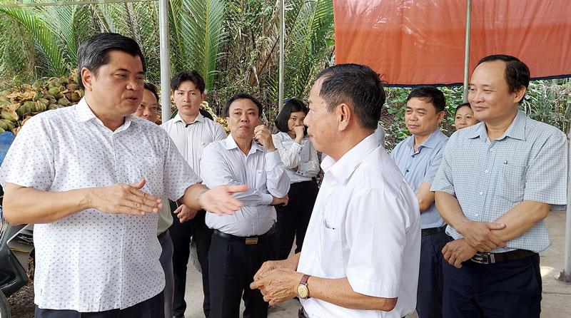 Thứ trưởng Trần Thanh Nam và đoàn công tác khảo sát Hợp tác xã dich vụ nông nghiệp Châu Hòa.