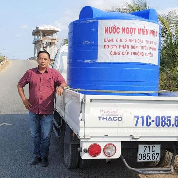 Cựu chiến binh Phạm Hoàng Phong trên đường hỗ trợ nước ngọt cho người dân.