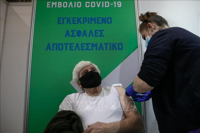 Nhân viên y tế tiêm vaccine ngừa COVID-19 cho người dân tại Athens, Hy Lạp ngày 2-4-2021. Ảnh: THX/TTXVN