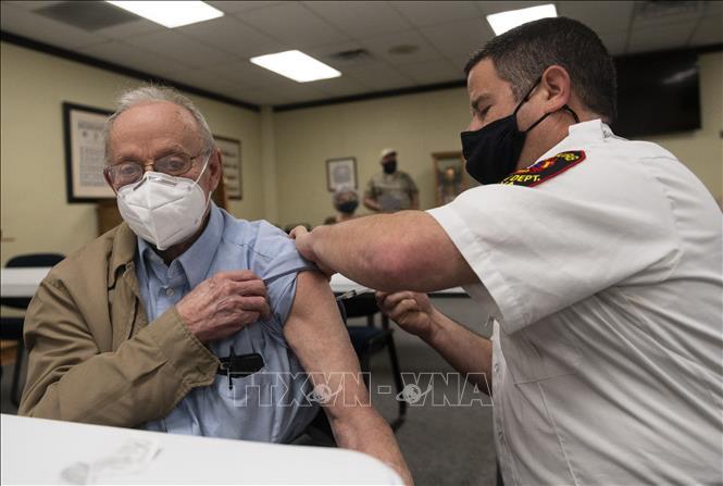 Tiêm vaccine ngừa COVID-19 cho người dân tại Lynchburg, bang Virginia, Mỹ ngày 12-3-2021. Ảnh: AFP/TTXVN