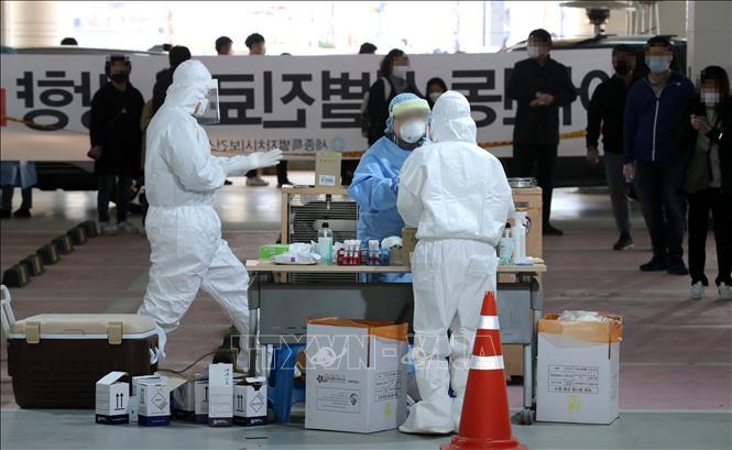 Nhân viên y tế làm việc tại một điểm xét nghiệm COVID-19 ở Sejong, Hàn Quốc, ngày 31-3-2021. Ảnh: Yonhap/TTXVN