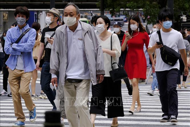 Người dân đeo khẩu trang phòng dịch COVID-19 ở Tokyo, Nhật Bản ngày 31-3-2020. Ảnh: AFP/TTXVN