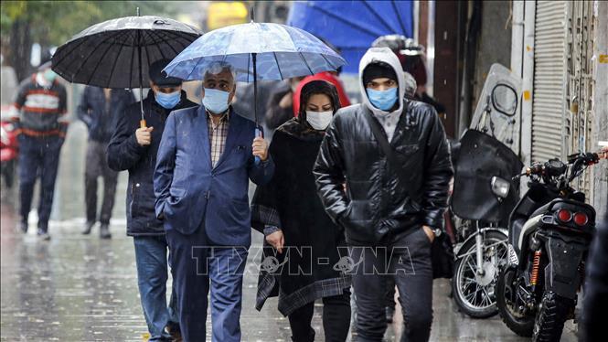 Người dân đeo khẩu trang phòng dịch COVID-19 tại Tehran, Iran ngày 21-11-2020. Ảnh: AFP/TTXVN