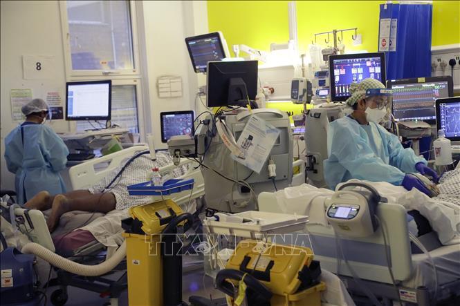 Nhân viên y tế chăm sóc bệnh nhân COVID-19 tại một bệnh viện ở London, Anh ngày 27-1-2021. Ảnh: AFP/TTXVN