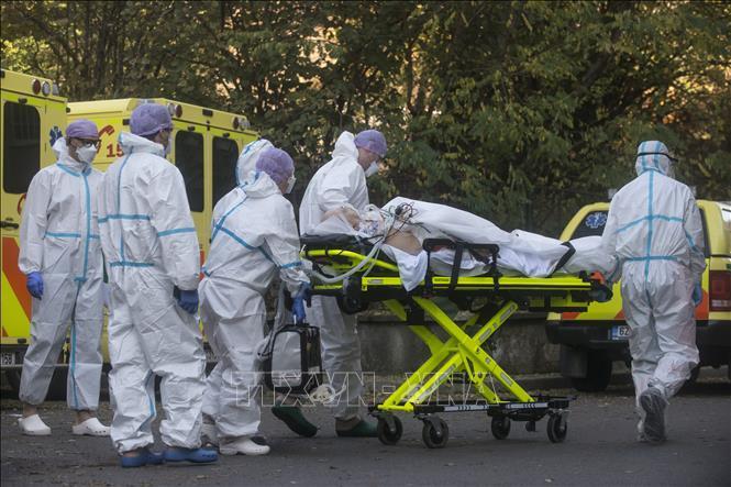 Chuyển bệnh nhân nhiễm COVID-19 tới bệnh viện ở Prague, CH Séc. Ảnh: AFP/TTXVN