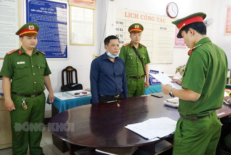 Cơ quan công an tống đạt quyết định bắt tạm giam Nguyễn Ngọc Huy.