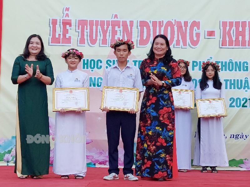 Phó bí thư Thường trực Tỉnh ủy Hồ Thị Hoàng Yến (bìa trái), Phó chủ tịch UBND tỉnh Nguyễn Thị Bé Mười (bìa phải) tặng thưởng và tuyên dương 2 học sinh đạt giải nhất