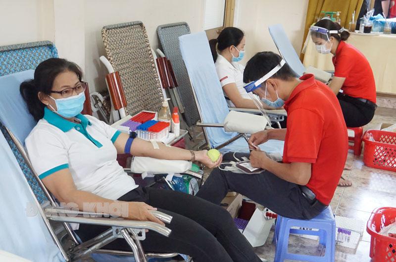 Các nhân viên hệ thống ngân hàng tỉnh tham gia hoạt động hiến máu tình nguyện.