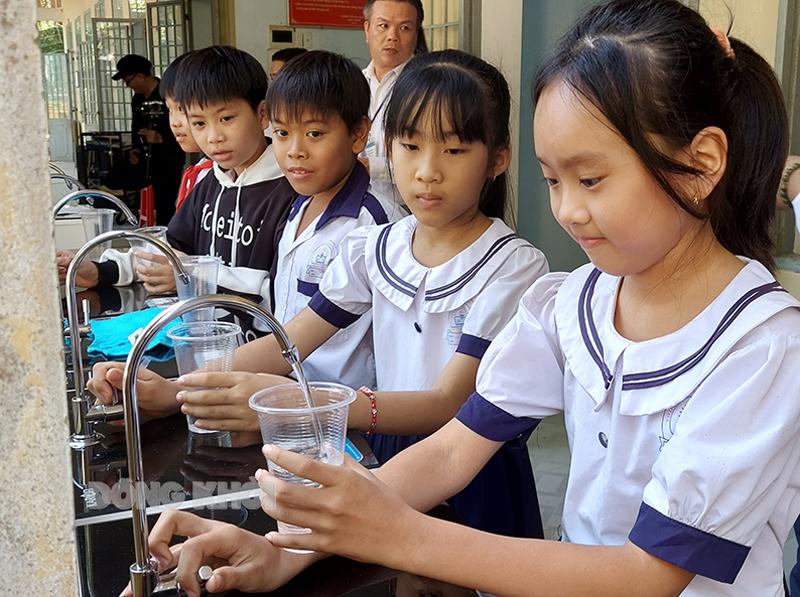 Học sinh Trường Tiểu học Hưng Lễ phấn khởi khi sử dụng nguồn nước ngọt tinh khiết