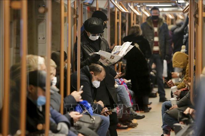 Người dân đeo khẩu trang phòng lây nhiễm COVID-19 trên tàu điện ngầm ở Moskva, Nga. Ảnh: THX/TTXVN