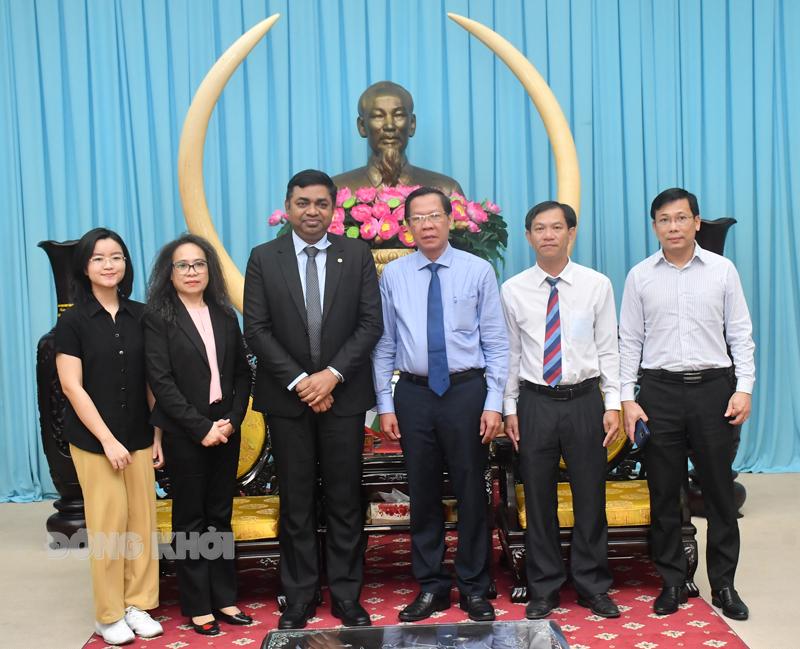 Bí thư Tỉnh ủy Phan Văn Mãi chụp ảnh lưu niệm với đoàn Ấn Độ.