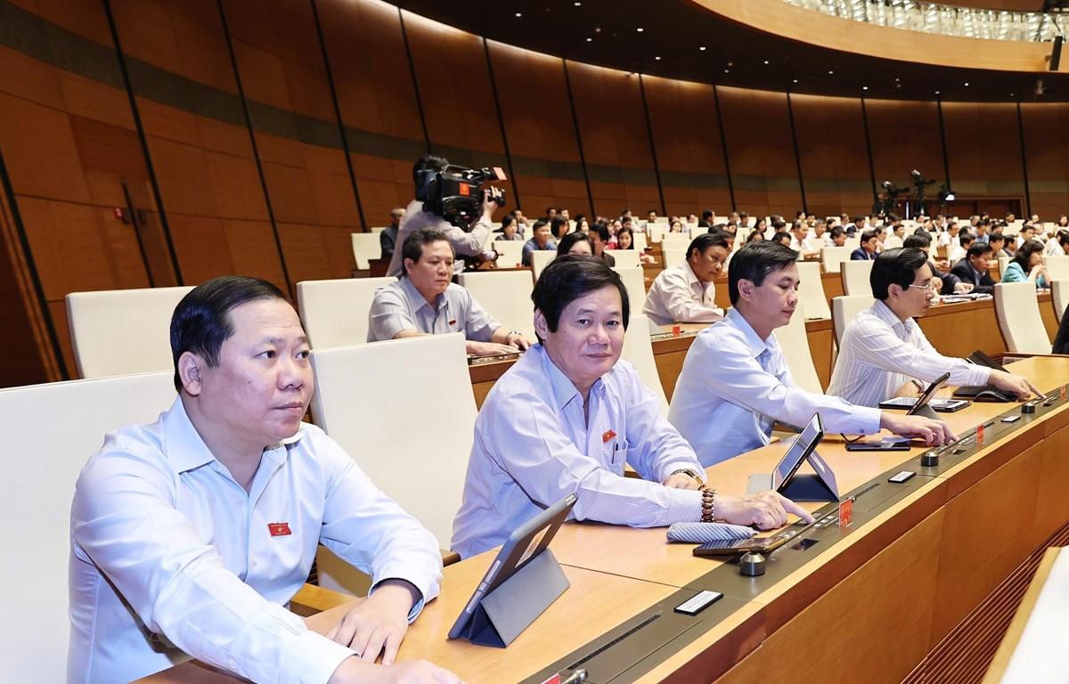 Các đại biểu Quốc hội biểu quyết miễm nhiệm. Ảnh: Trọng Đức/TTXVN