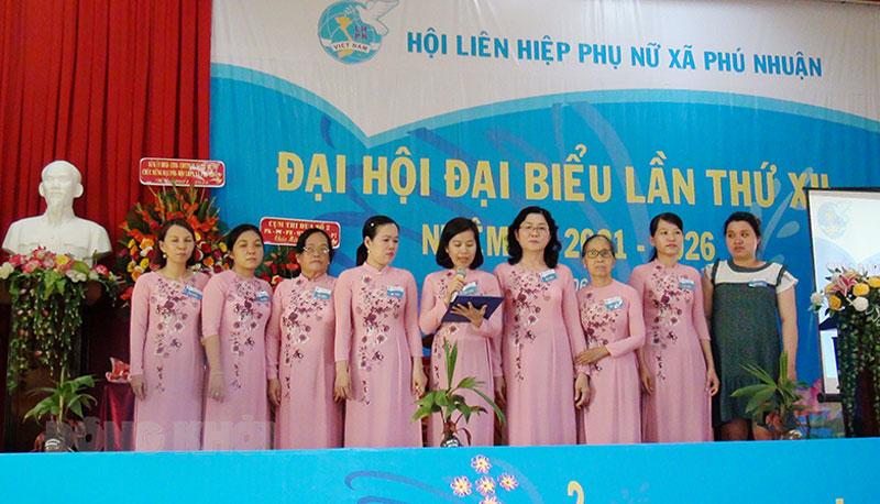 Ban Chấp hành Hội Liên hiệp Phụ nữ xã Phú Nhuận ra mắt trước đại hội. Ảnh: Hồng Hoa