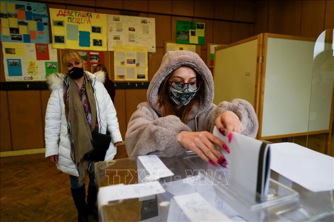 Cử tri bỏ phiếu trong cuộc bầu cử Quốc hội tại một điểm bầu cử ở Sofia, Bulgaria, ngày 4-4-2021. Ảnh: AFP/TTXVN