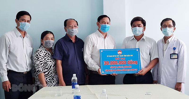 Quyền Chủ tịch Ủy ban MTTQ Việt Nam tỉnh Nguyễn Phúc Linh trao bảng tượng trưng cho Bệnh viện Lao và bệnh phổi tỉnh.