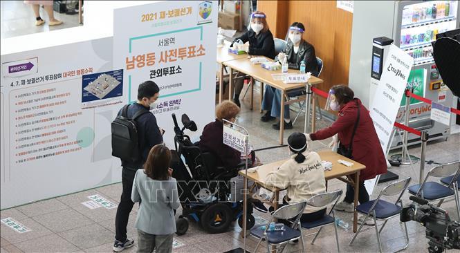 Cử tri chờ bỏ phiếu bầu cử địa phương bổ sung tại một điểm bầu cử ở Seoul, Hàn Quốc ngày 2-4-2021. Ảnh: YONHAP/TTXVN