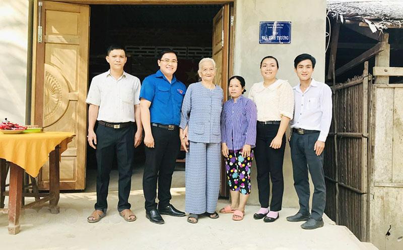 Trao nhà cho hộ bà Cao Thị Út. Ảnh: Thảo Lam