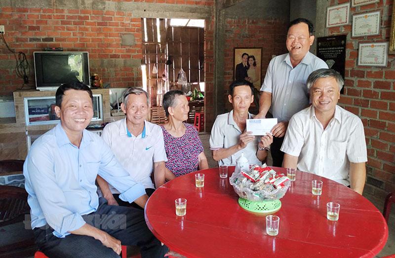 Bí thư Đảng ủy xã Bình Thành Đào Văn Hội trao tiền cho anh Nhân.