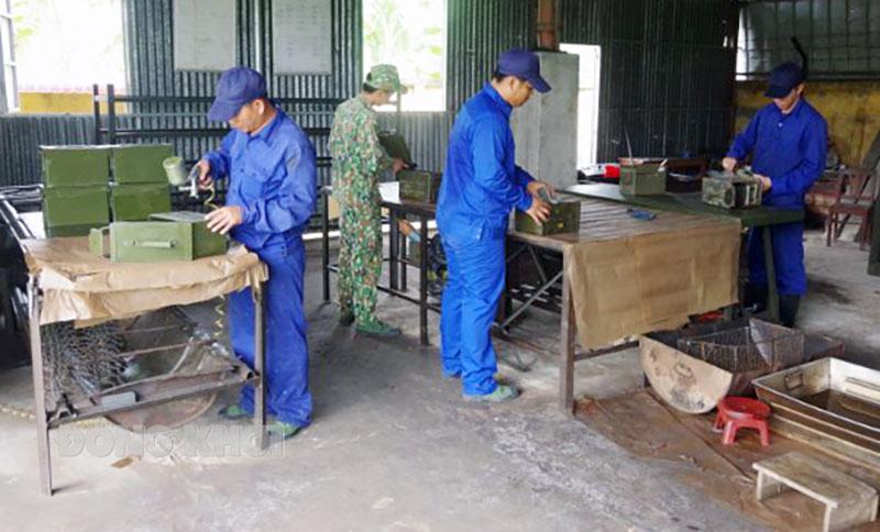 Cán bộ Đại đội kho Phòng Kỹ thuật sơn sửa hòm đạn. Ảnh: Đặng Thạch