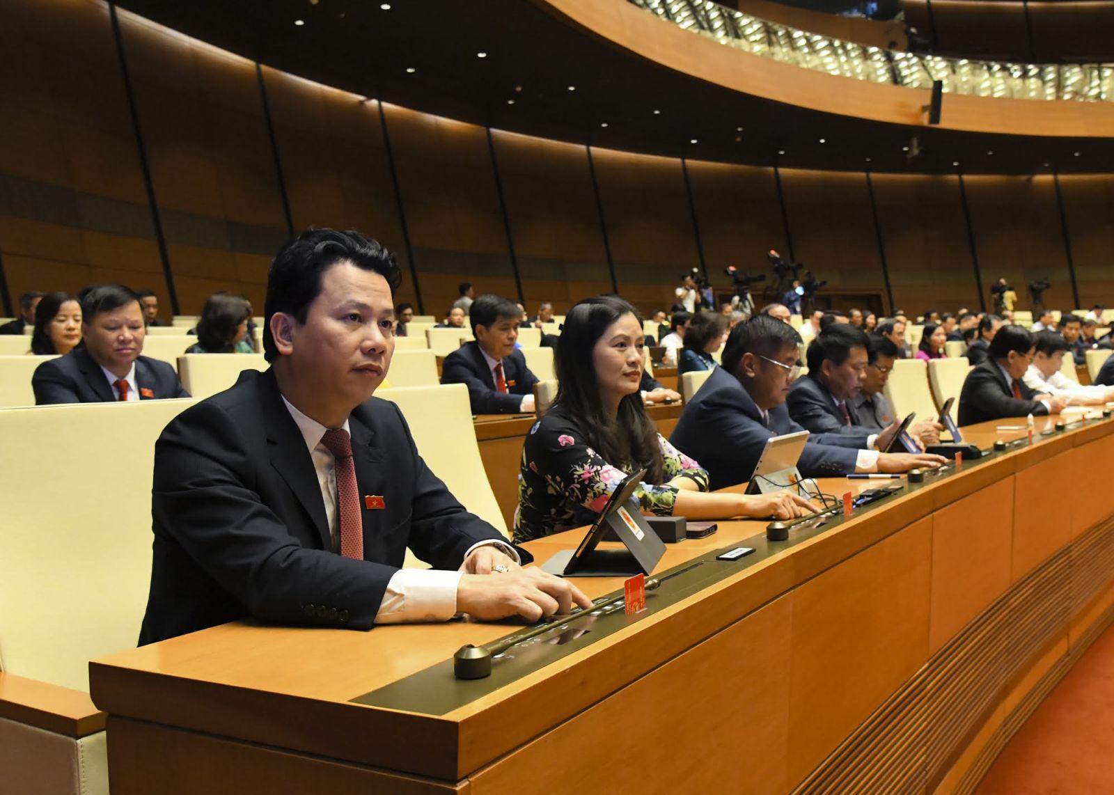 Các đại biểu Quốc hội biểu quyết thông qua Nghị quyết về công tác nhiệm kỳ 2016-2021 của Quốc hội, Chủ tịch nước, Chính phủ, các cơ quan của Quốc hội, Tòa án nhân dân tối cao, Viện kiểm sát nhân dân tối cao, Kiểm toán nhà nước bằng hình thức nhấn nút điện tử.